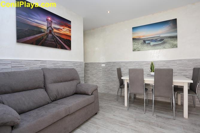 Amplio salón con muebles de calidad.