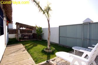 Jardin de la casa y tumbonas