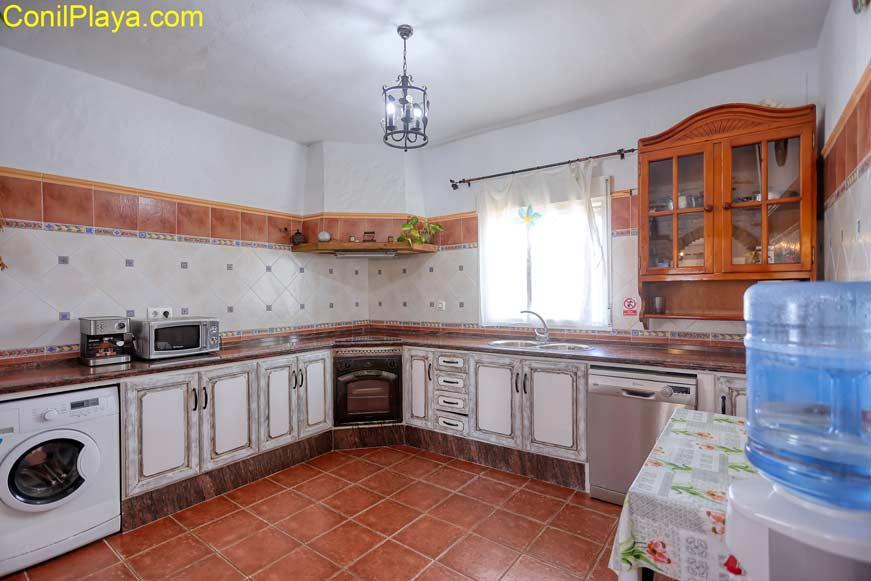 La cocina es muy amplia.