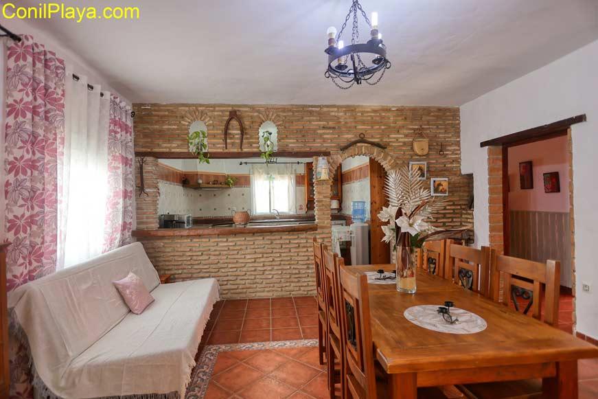 Vista del comedor y del salón desde la cocina.