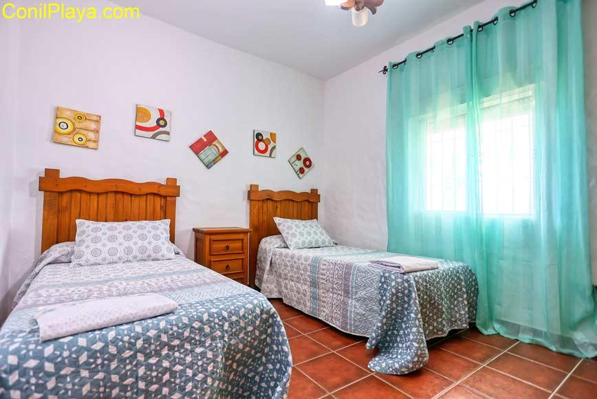 Dormitorio con dos camas individuales.