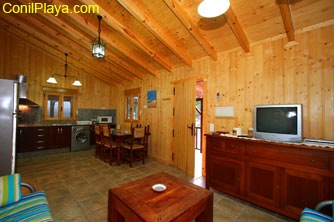 La casa posee un amplio salón - cocina - comedor.