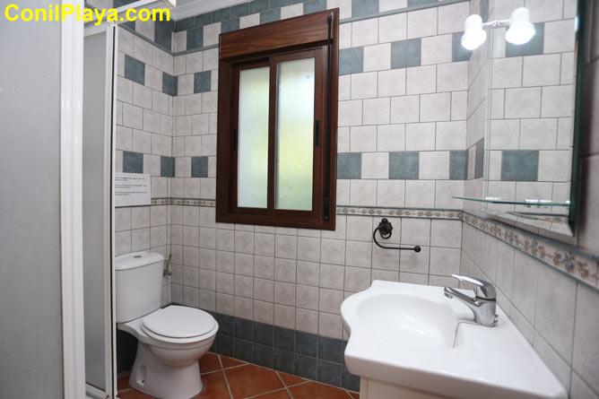 Cuarto de baño con placa de ducha.