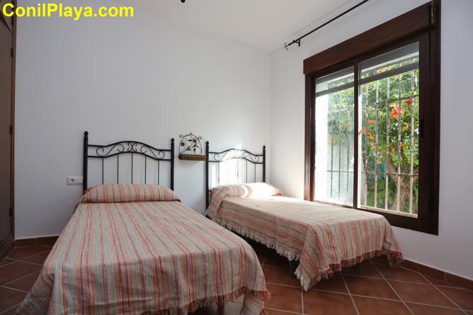 Dormitorio con dos camas individuales y armario empotrado.
