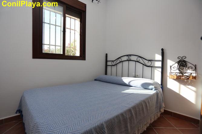 Dormitorio con cama de matrimonio.
