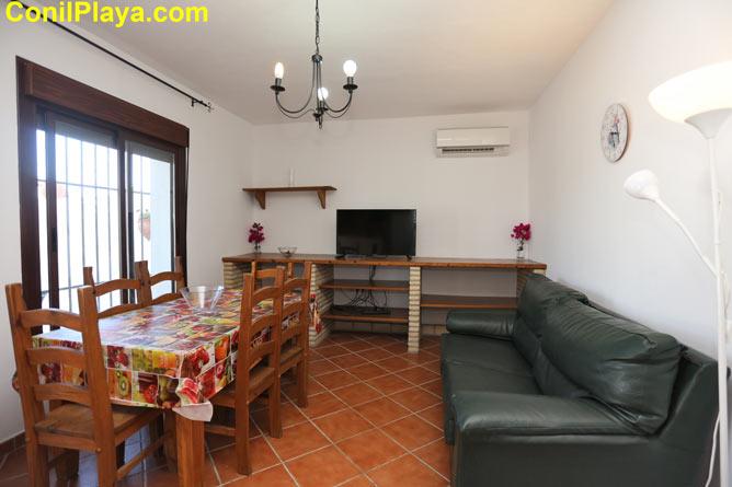 El salón está compuesto por una mesa comedor y un sofá.