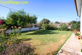El jardin es muy amplio. La parcela está completamente vallada.