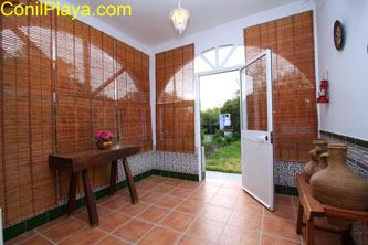 El porche tiene persianas.