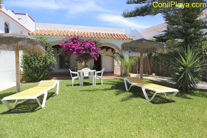Casa con jardin, barbacoa, merendero, 2 dormitorios en primera linea de playa de El Palmar.