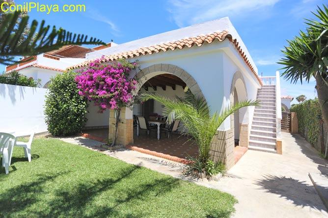 Casa en el Palmar con jardín situada a pie de playa.