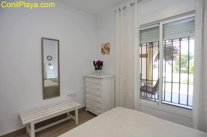 Dormitorio con mueble sinfonier