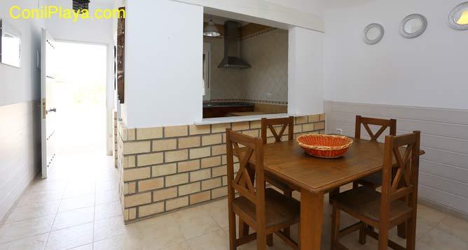 La casa tiene un pasaplatos entre la cocina y el comedor