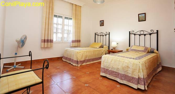Dormitorio con 3 o 4 camas.