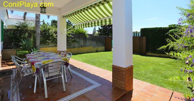 Mesa del porche y jardín