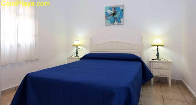 Dormitorio principal con armario empotrado.