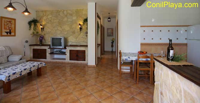 interior de la casa, con el salon y la cocina