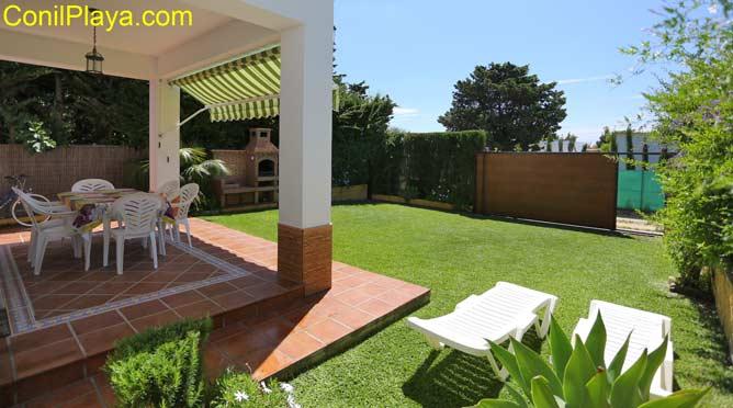 jardin con tumbonas en la casa de El Palmar