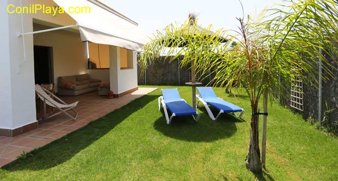 jardin con césped y silla de jardin