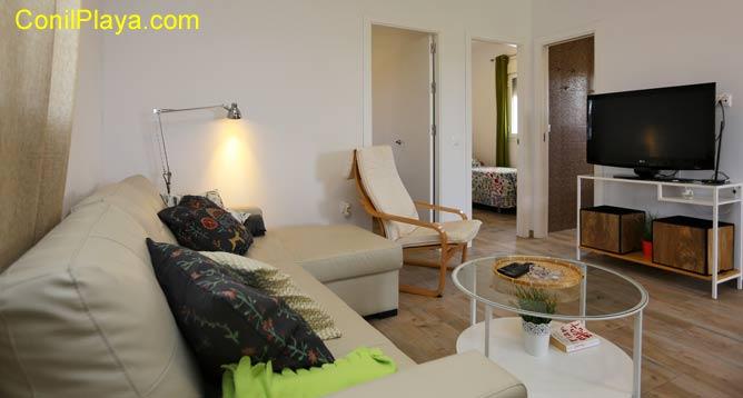 salón de la casa con sofa y mesa comedor
