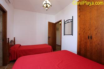 Armario del dormitorio principal con cama adicional