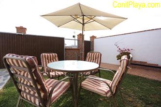 sombrilla de jardín con mesa y sillas