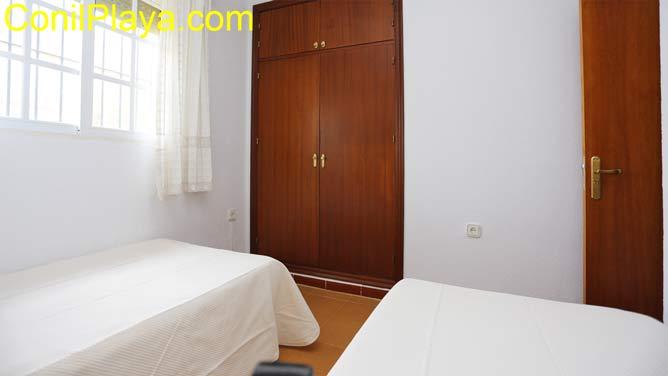 Armario empotrado del dormitorio con 2 camas.