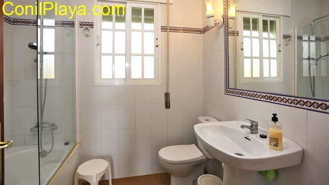 Cuarto de baño con placa ducha.