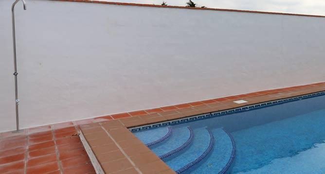 La piscina es compartida con dos casas