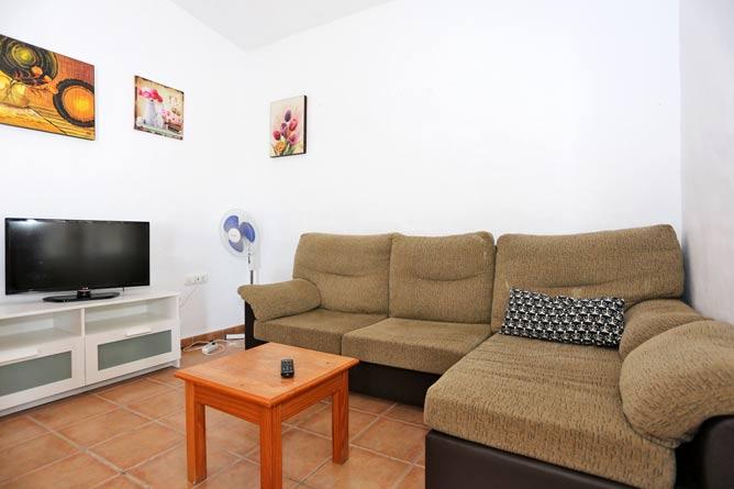 salon con sofá y televisión