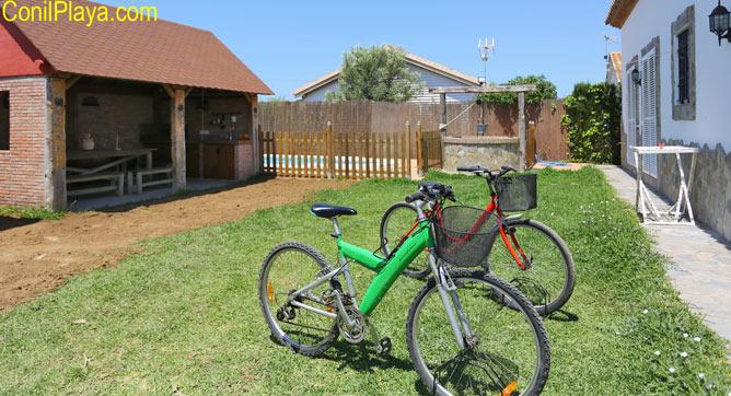 jardin y bicicletas