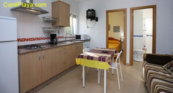 interior del apartamento con cocina y salón