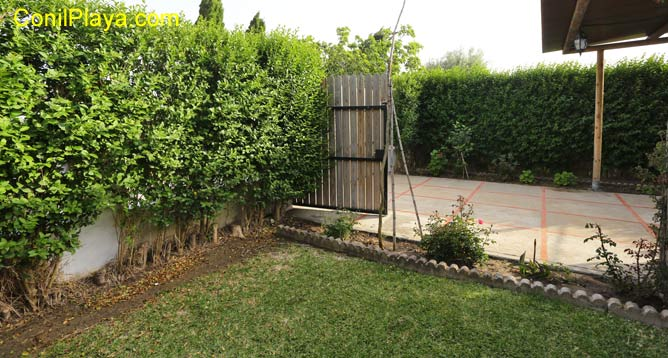 jardin con césped.