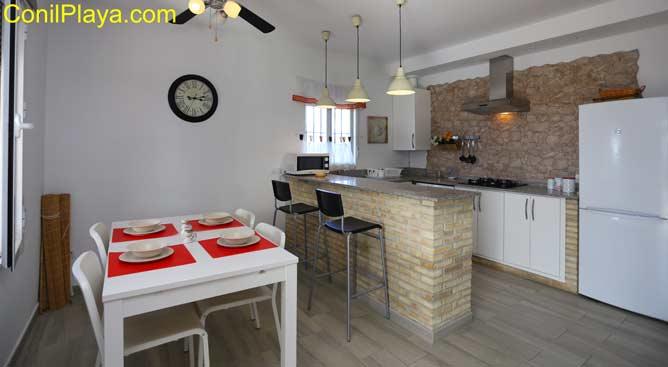 mesa comedor y la cocina al fondo