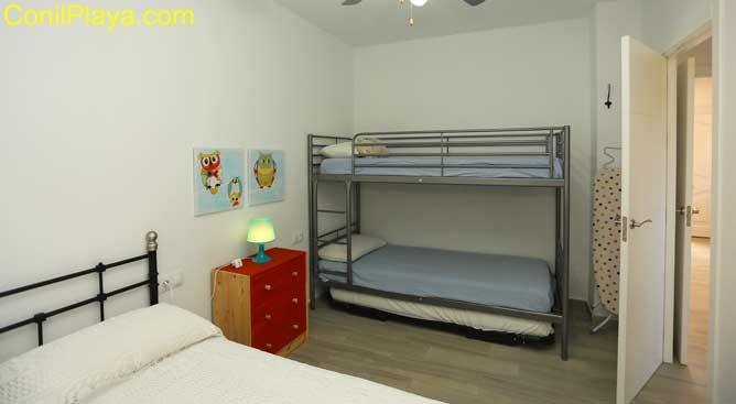 dormitorio con cama litera