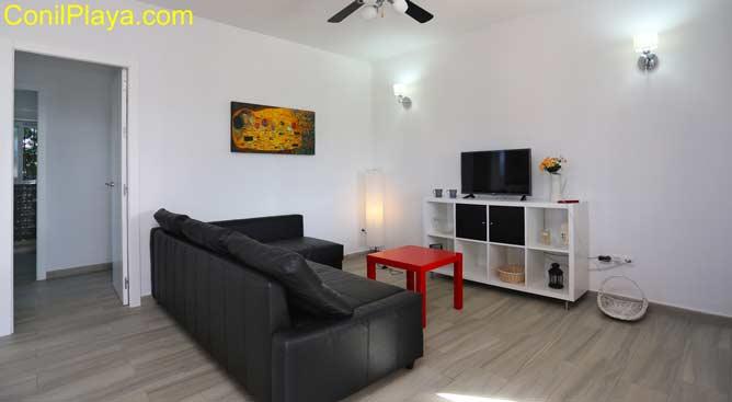 salón con sofá y televiisión