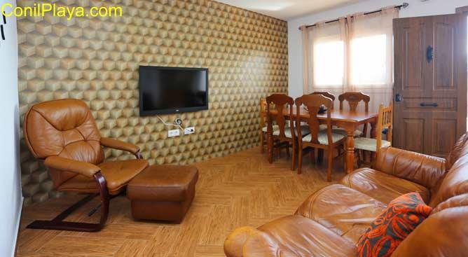 salon con sofá, butaca y television