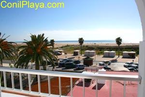 Vistas desde la terraza del Hostal. Est� situado en primera l�nea de playa.