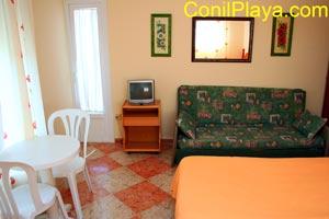 La habitaci�n cuenta con television y mesa con sillas