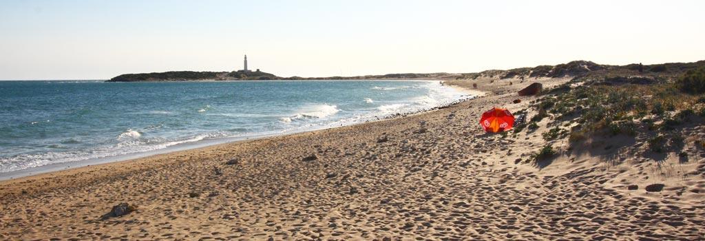 Playa de los Caños de Meca con el faro de Trafalgar al fondo