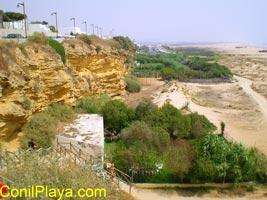 Escaleras de bajada a la playa de El Chorrillo. Se encuentra al final del parque La Atalaya.