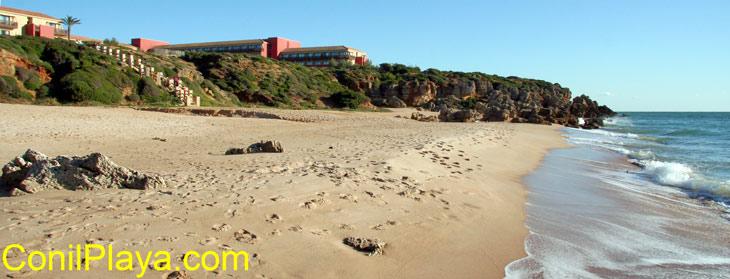 Vista desde la playa del Hotel Calas de Conil, de la cadena Confortel, se encuentra junto a la urbanización Roche.