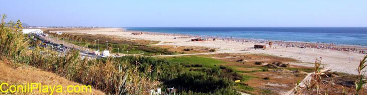 Vista de la playa de Los Bateles en agosto.