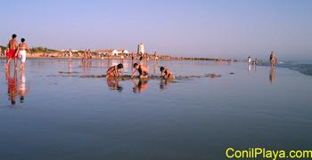 Jugando en la playa de El Palmar.