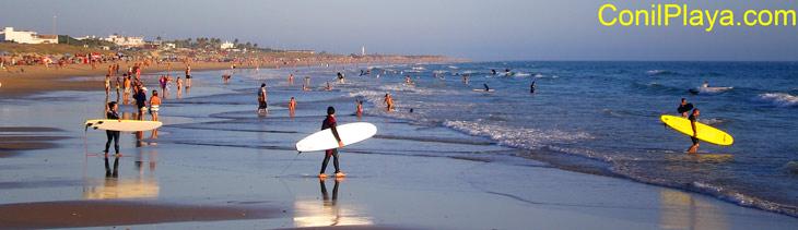 Surf en la playa de El Palmar.