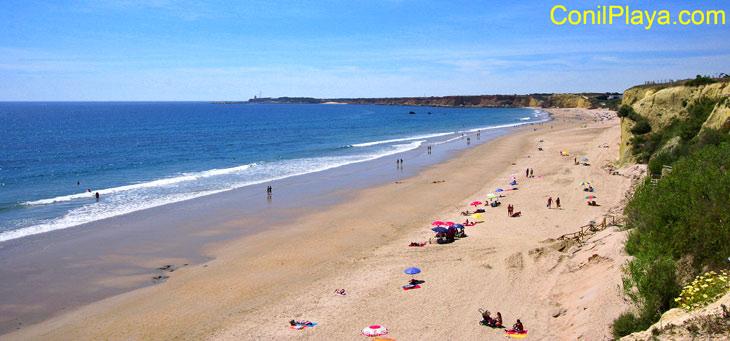 Playa del Roqueo, al fondo la playa de la Fuente del Gallo.
