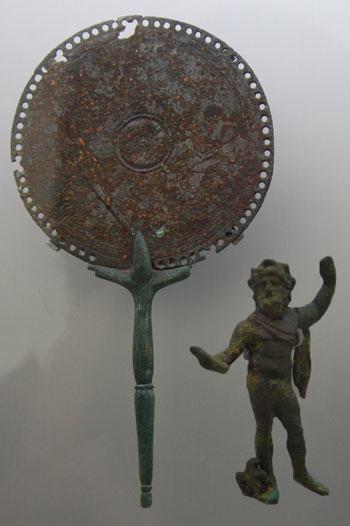 Espejo y estatuilla de bronce