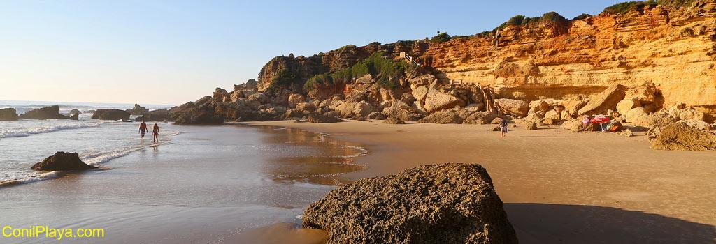 La Cala del Pato está muy resguardada del oleaje y del viento por las rocas y el acantilado.