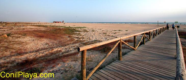 Pasarela de acceso a la playa.