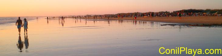 Paseo al atardecer en la playa de El Palmar. Julio de 2007.