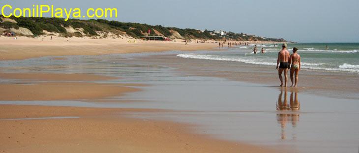 Paseando por la playa del puerco el 28 de Agosto de 2008. Al fondo está Urbanización Roche.